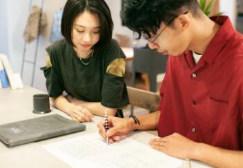 契約書にサインをしている写真